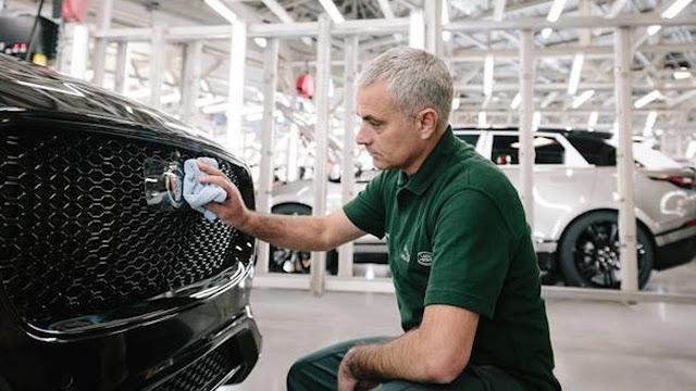Jose Mourinho mengunjungi pabrik Jaguar dan mendapatkan sebuah kendaraan beroda empat glamor Terkini Jose Mourinho Bawa Pulang Mobil Mewah Setelah Kaprikornus Motivator
