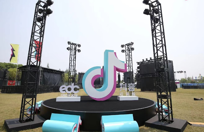 TikTok is rapidly climbing the app download charts, and is taking aim at Snapchat and Twitter users