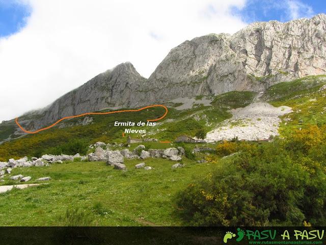 Ruta al Pico Torres y Valverde: Camino hacia la ermita de las nieves en Aller