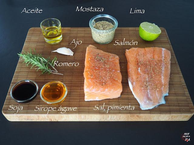 Salmón marinado en una aromática vinagreta y cocido en papillote en sartén.