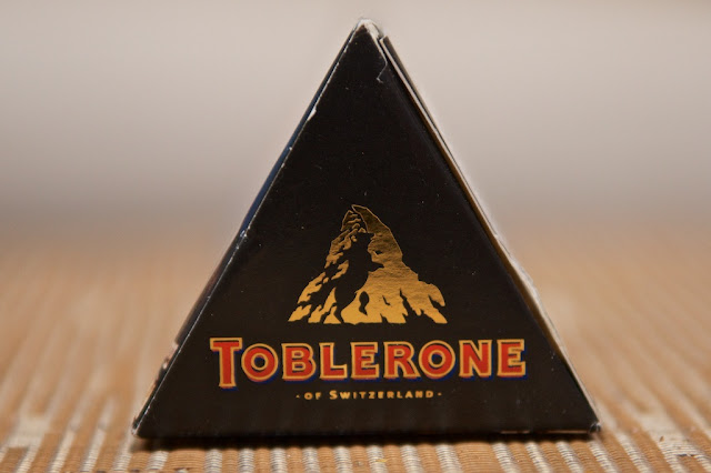 Toblerone Noir - Toblerone - Chocolat noir - Dessert - Snack - Food - Dark Chocolate - Chocolate - Cacao - Dark Chocolate Toblerone - Swiss Chocolate - Chocolat suisse - Noël - Christmas - Almond - Amande  - Miel - Honey - Nougat
