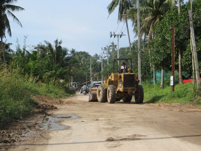 Бульдозер чистит дорогу
