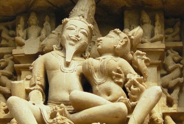 sexual-sculptures-at-khajuraho-temple