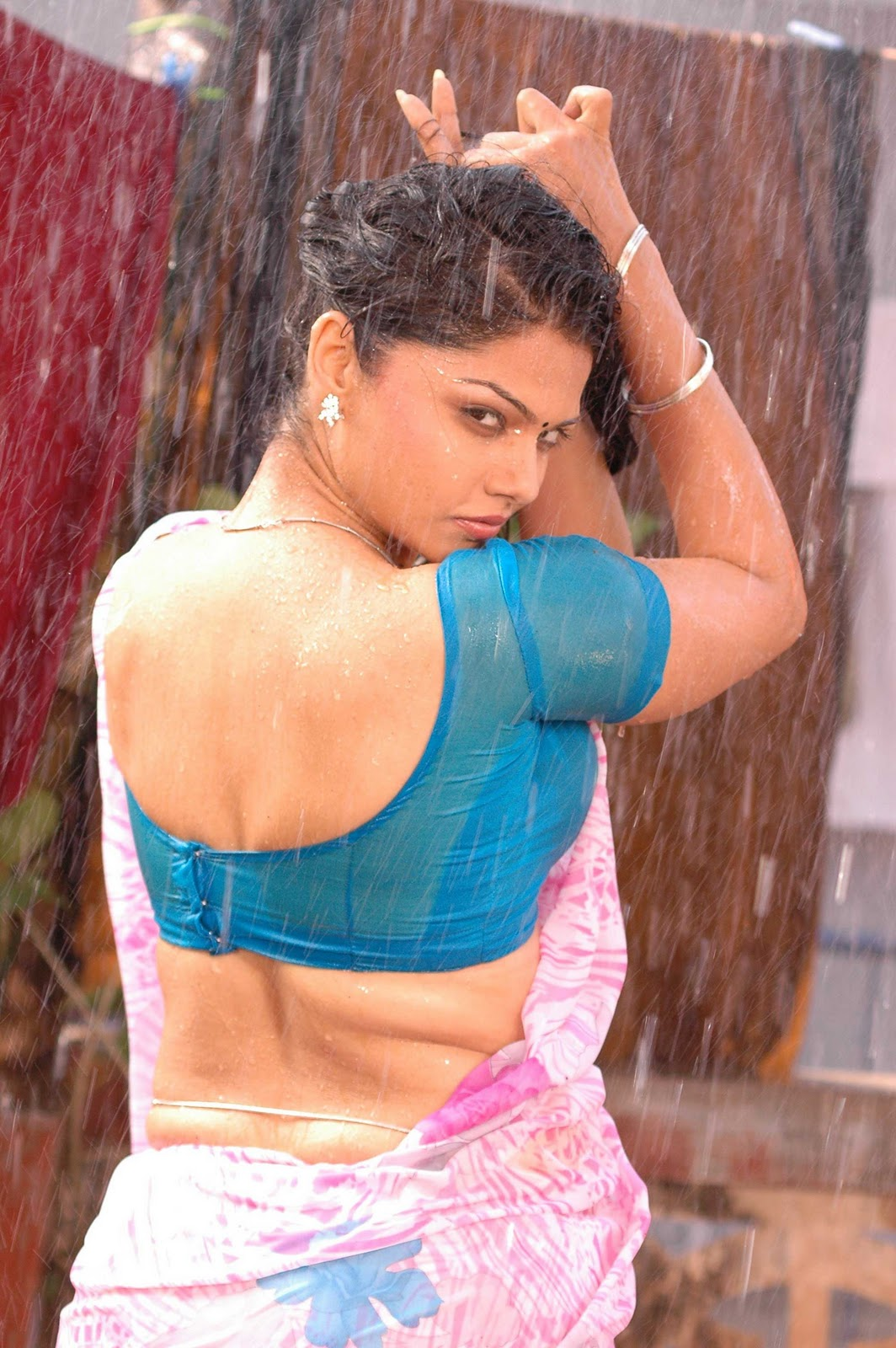 Anuya Bhagvath Hot Wet Saree Pics In Nagaram Movie With Sundar C