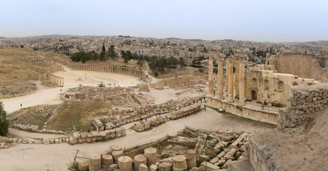 Panorámica del foro oval, su columnata y el Templo de Zeus en Jerash