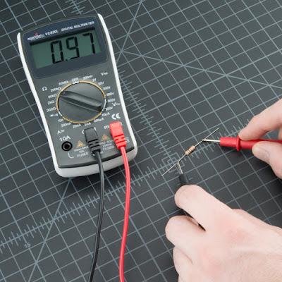 Gambar-Mengukur-Hambatan-Resistor-Menggunakan-Multimeter