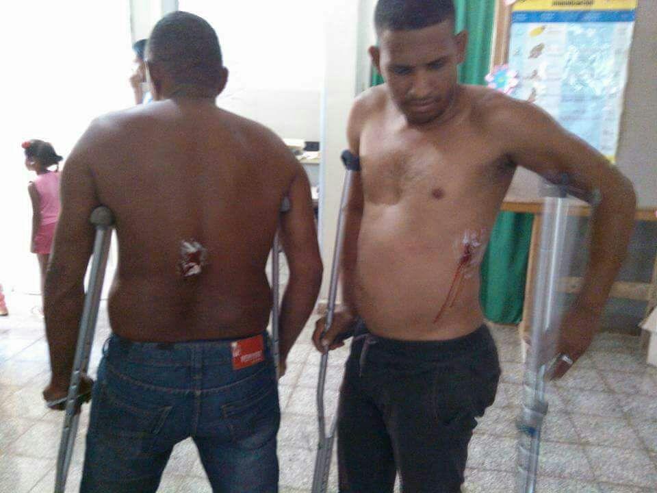 Moradores de Puerto Escondido en Duvergé resultan heridos por Policías durante protesta.