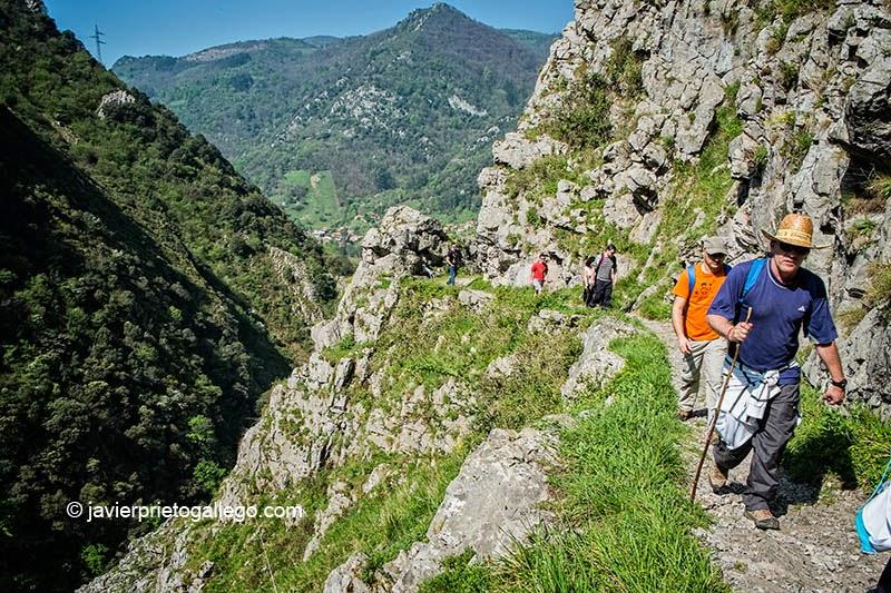Senderistas recorriendo el desfiladero de Las Xanas. Asturias. España. © Javier Prieto Gallego