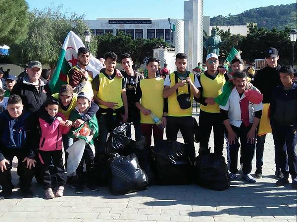 حملة شبابية لتنظيف المدينة بعد مسيرة الحراك الشعبي بتنس