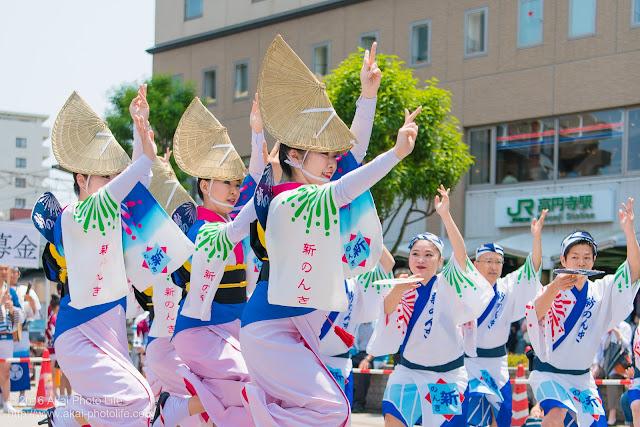 高円寺、熊本地震被災地救援募金チャリティ阿波踊り、東京新のんき連の舞台踊りの女踊りの踊り手の写真 4枚目