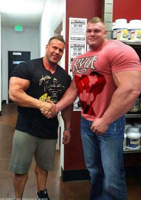 55 cm Oberarmumfang extrem muskulöser Bodybuilder lustig