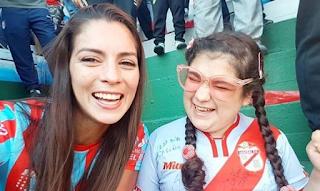 Viral: Μητέρα περιγράφει στην τυφλή της κόρη το γκολ της αγαπημένης της ομάδας - BINTEO