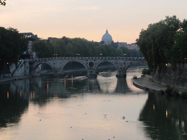 El Tiber y  San Pedro del Vaticano en Roma