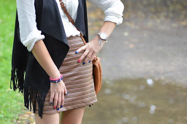 spódniczka mini w aztecki wzorek oraz czarna kamizelka z frędzlami