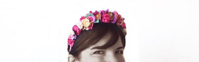 Primer plano con diadema de flores y unos ojos en blanco y negro y tocado de color