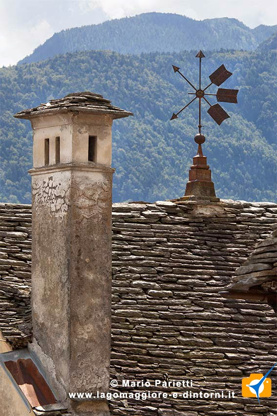 camini e tetti in sasso a Craveggia