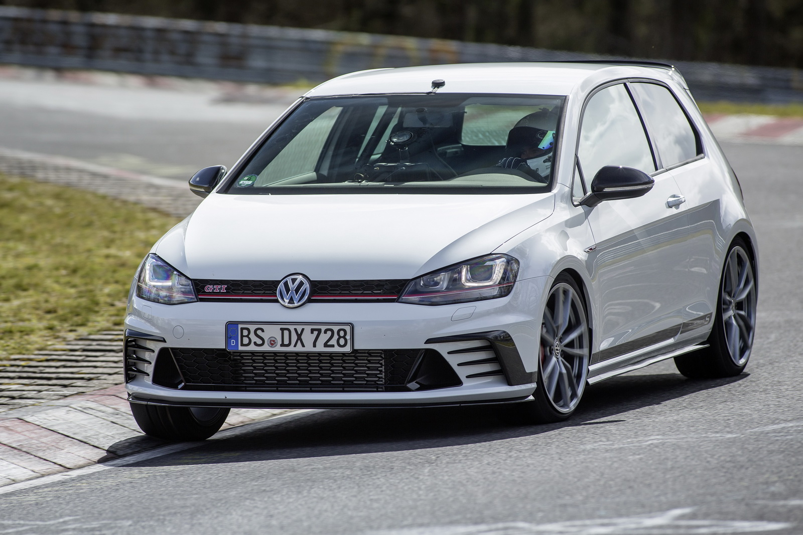 vw golf gti clubsport s already sold out in the uk carscoops. Black Bedroom Furniture Sets. Home Design Ideas