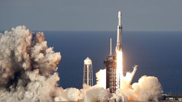 EE.UU: Cohete Falcon Heavy de SpaceX fue lanzado en su primera misión comercial E en Centro Espacial Kennedy Florida.