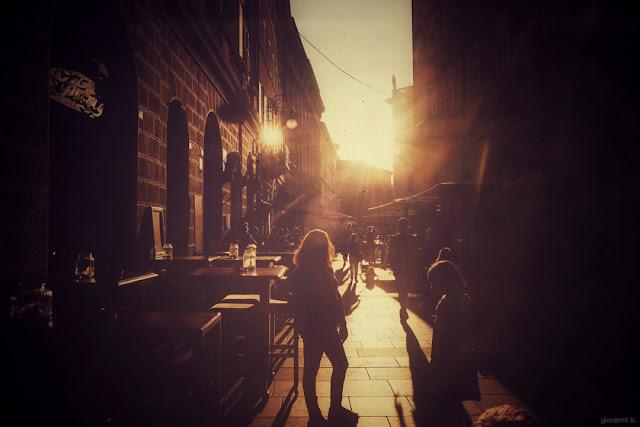 Locali in una via di Trieste al tramonto