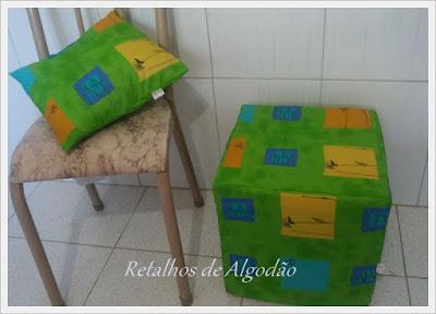 Almofada de tecido e um puff de garrafa pet para decoração de quarto de criança