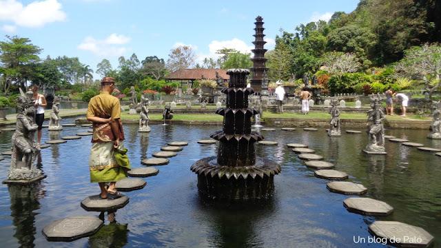 Nuestro guía, con el traje tradicional, paseando por el estanque