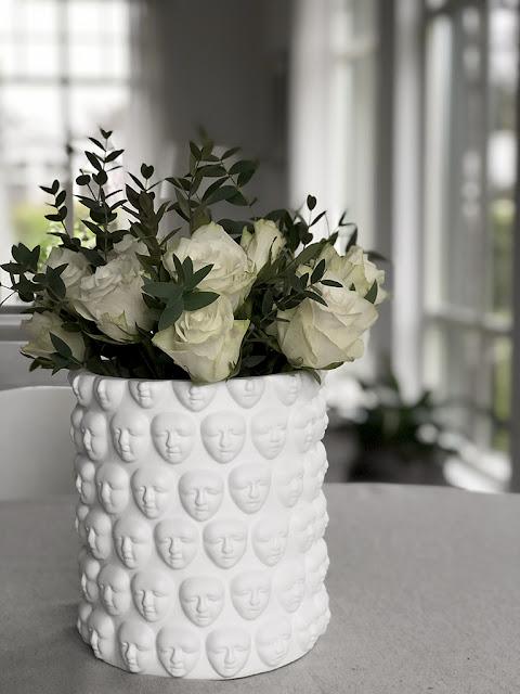 Vasen Faces i matt, vit keramik kommer från Hallbergs belysning och du kan köpa den online hos återförsäljare Longcoast Living.