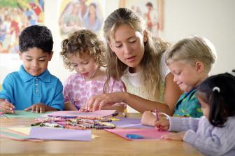Os professores do ensino infantil devem trabalhar a socialização da criança