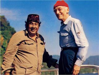 Jacques Yves Cousteau bersama dengan Des Alwi dalam misi Riset di Laut Banda, tahun 1989