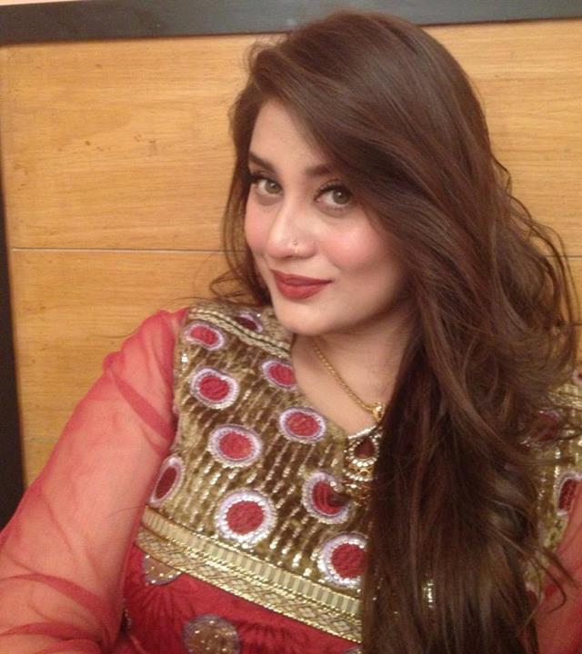 Pakistani hot actress Sarah Umair