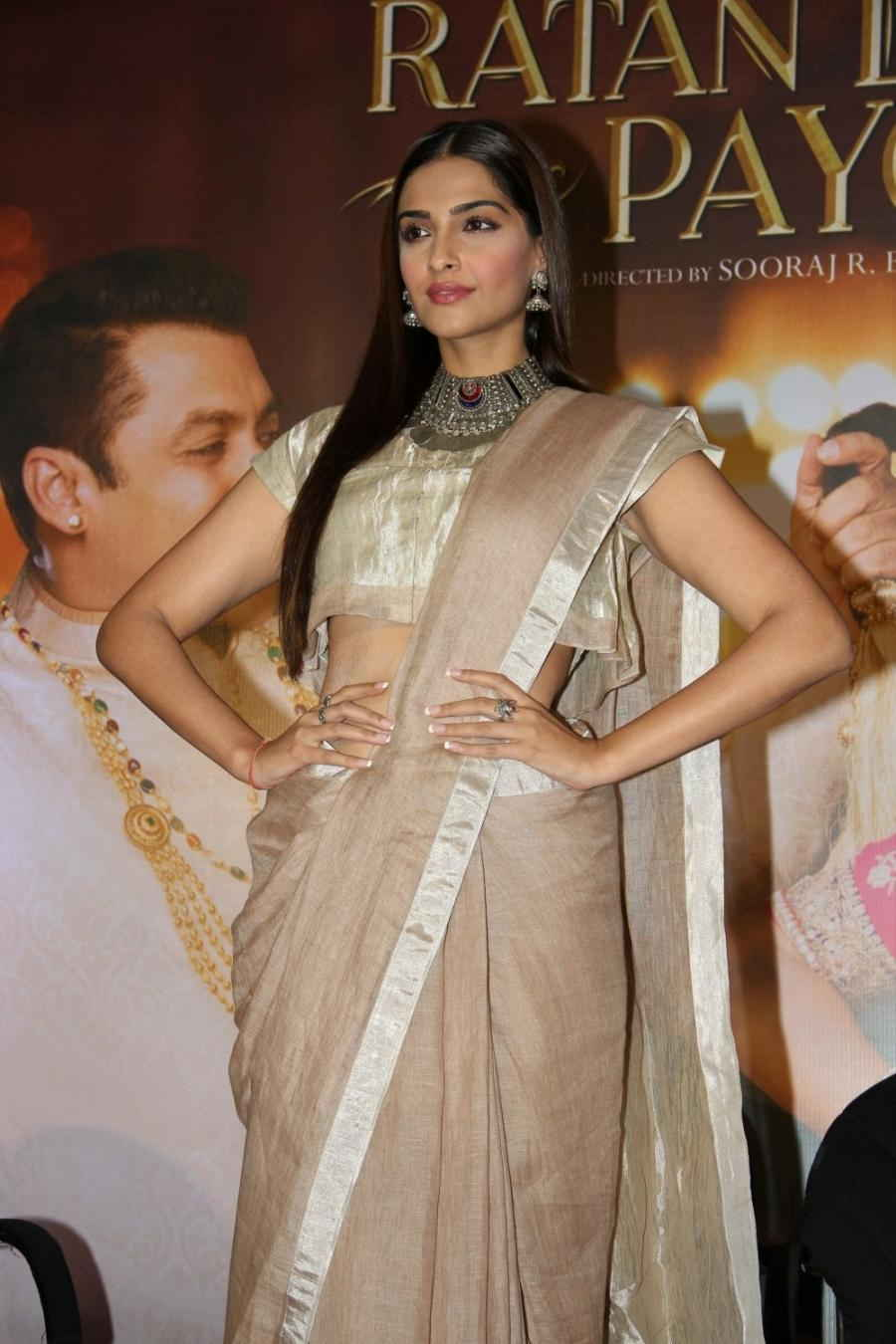 Beautiful Hindi Girl Sonam Kapoor Photos In White Lehenga Choli