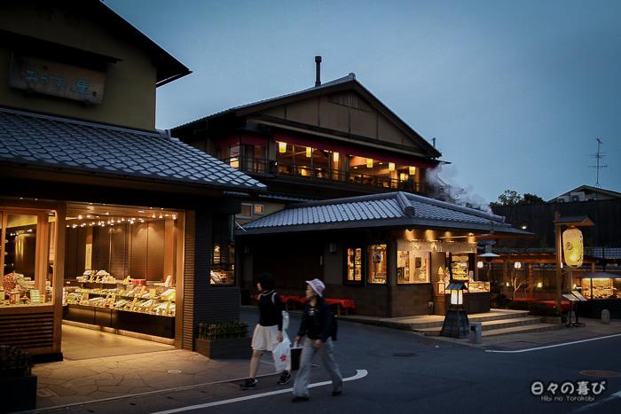 rue commerçante à la nuit tombée, arashiyama, kyoto