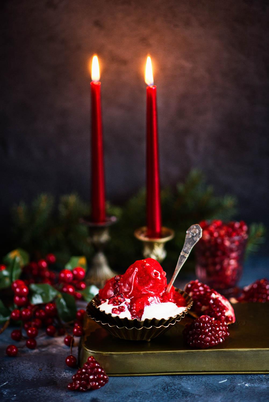 Zimowe lody z truskawek i granatu - świąteczny deser