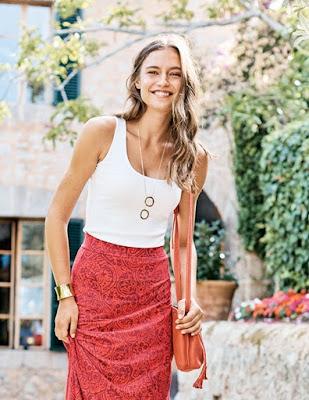 Девушка в белом топе и красной юбке
