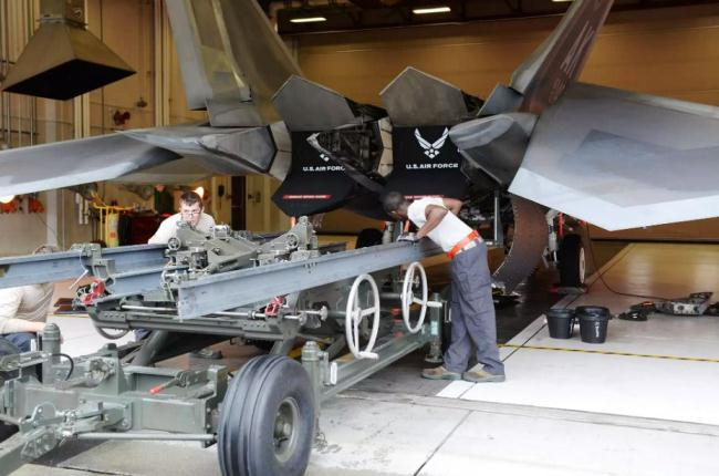 Disassembling mesin F-22 Raptor