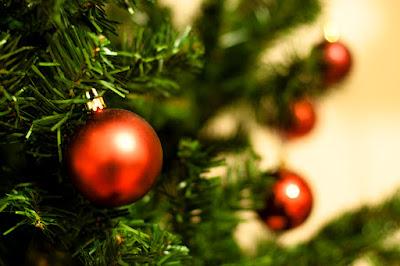 Pequeñas bolas rojas de navidad