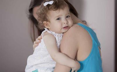 5 اسرار لم تخبرك بها والدتك أبدًا امرأة تحتضن بنت طفلة ام الامومة mother hug daughter kid children