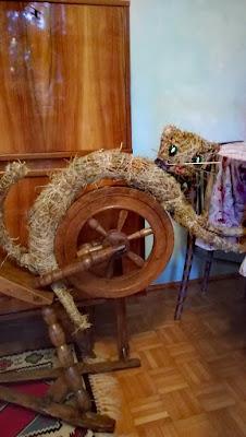 gotowy kot powstały z suszonego siana