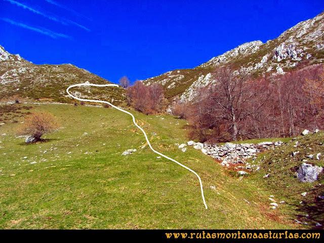 Ruta Requexón Valdunes, la Senda: Atravesando las camperas que nos llevarán a la collada Gallegos