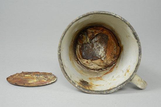 Caneca de campo de concentração guardou um segredo por mais de 70 anos - Img 1