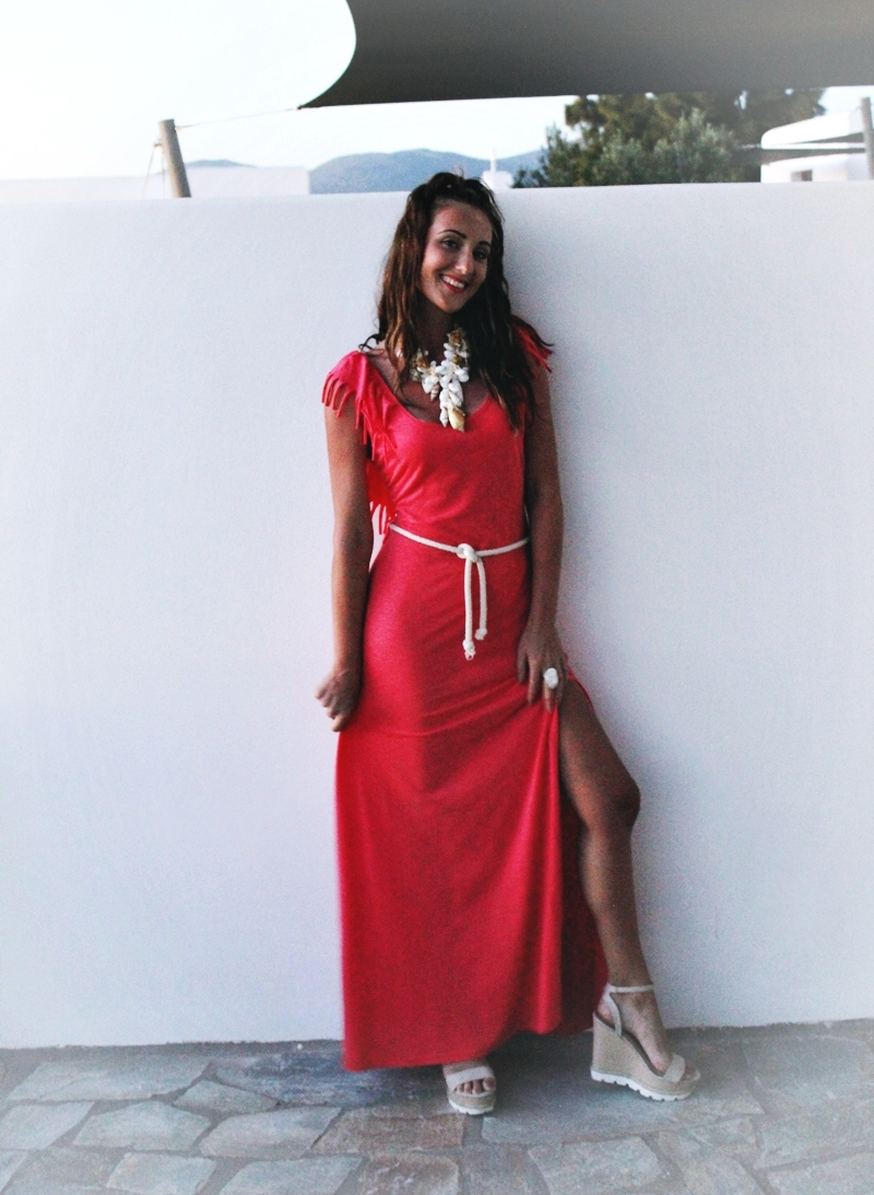 Koralna maxi haljina sa resama i otvorenim ledjima krem sandale