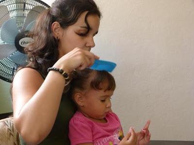 Leticia, con las motonetas de su hija Carmen.