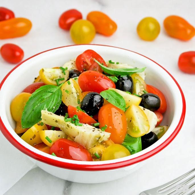 Salade van cherrytomaatjes, artisjokkenharten en zwarte olijven