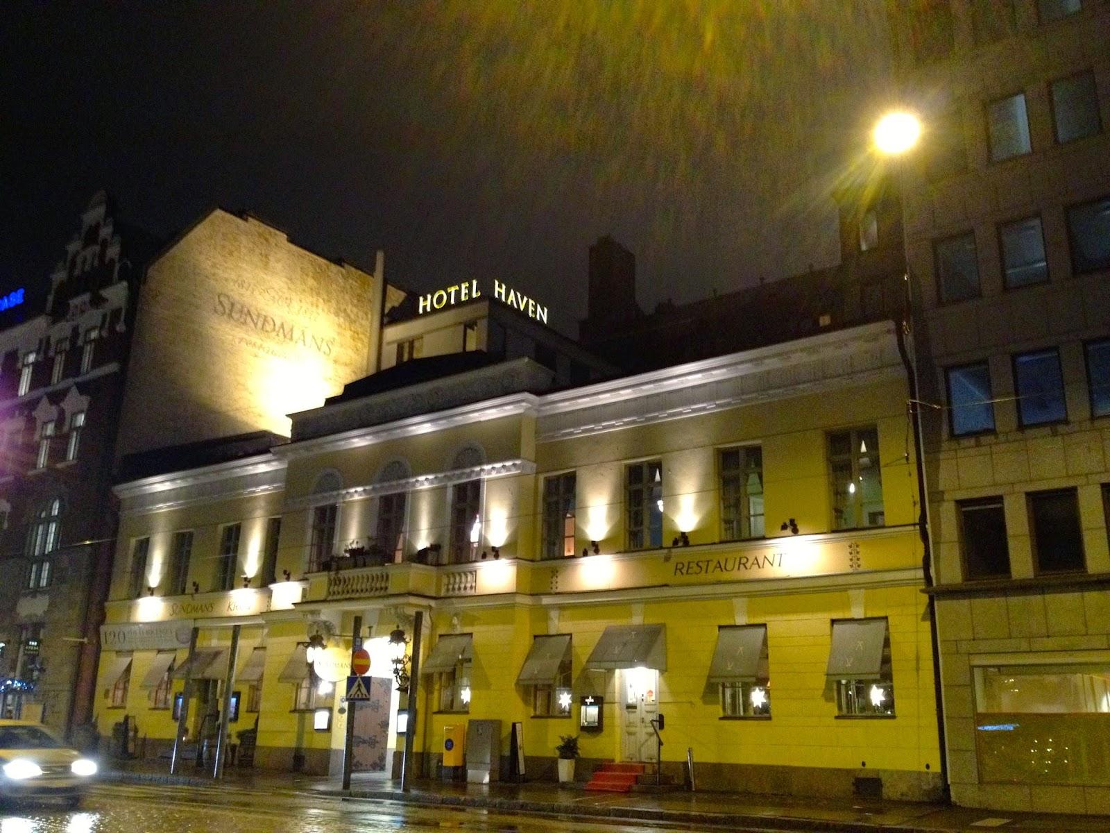Hotel Haven sett fra utsiden på natten i lys