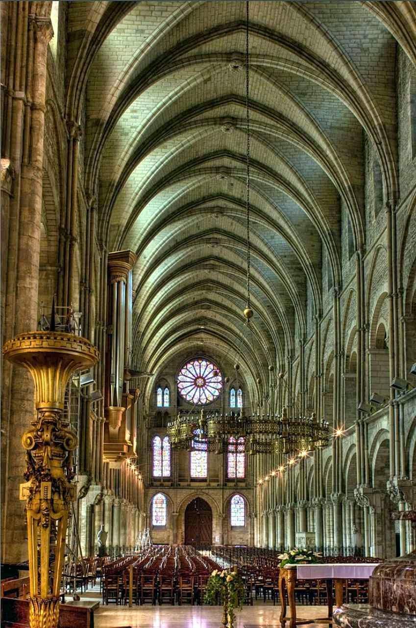 Nave central da basílica de São Remígio.