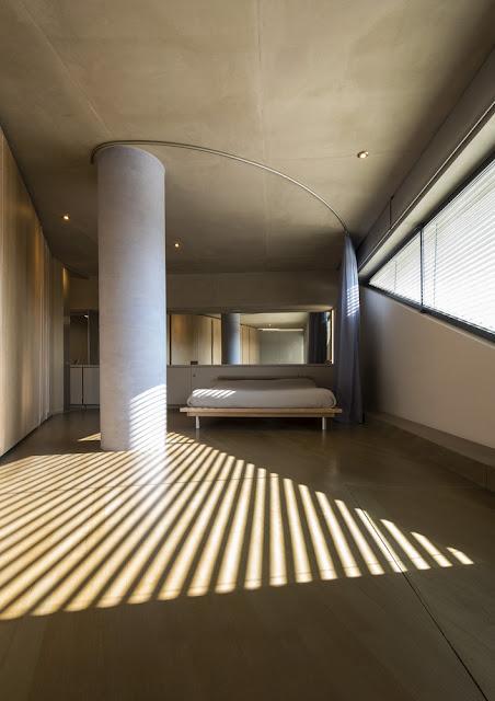 Minimaler Bau der Hitze angepasst: Dachterrasse mit Planschbecken, Wohnzimmer mit Küche, Schlafzimmer und Bäder im Untergeschoss - und kein Design in der Einrichtung zu viel!