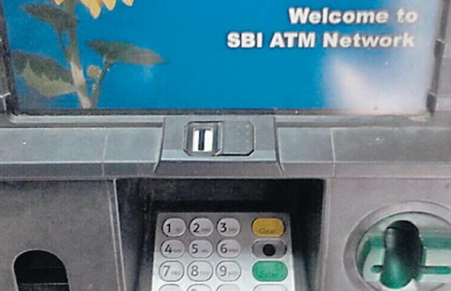 SBI का इकलौता ATM फेवीक्विक ने किया बंद, उपभोक्ता परेशान, बैंक में लगी लंबी लाइन   JABALPUR NEWS