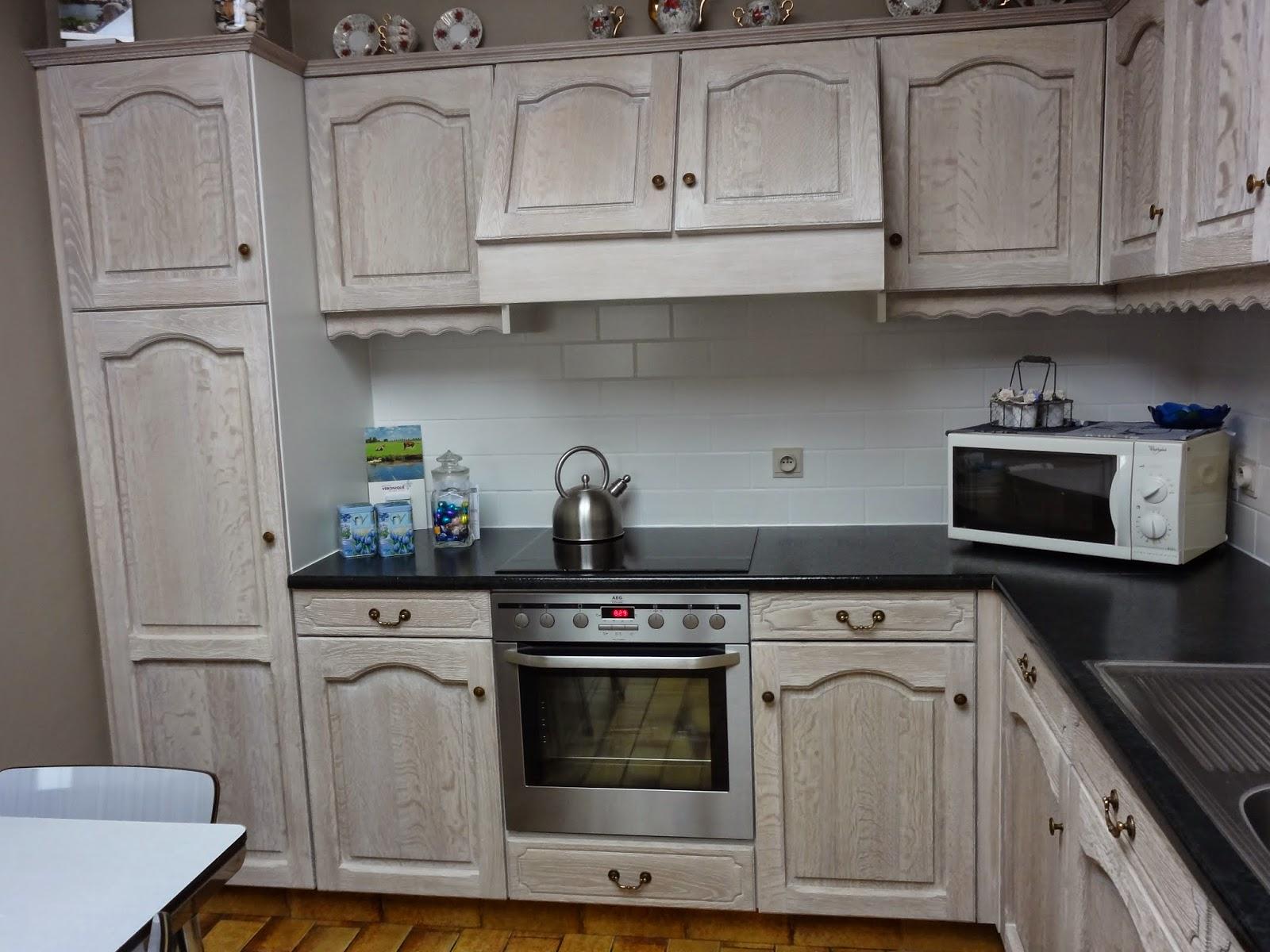 plaatsen van een nieuw werkblad in een gerenoveerde eiken keuken