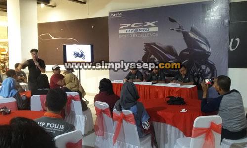 HONDA BLOGGE GATHERING : Seperti inilah suasana berlangsungnya temu Jurnalis Media dan Blogger Pontianak dalam peluncuran All New Honda PCX Hybrid di Transmart Carrefour Kubu Raya Sabtu (3/11). Foto Asep Haryono