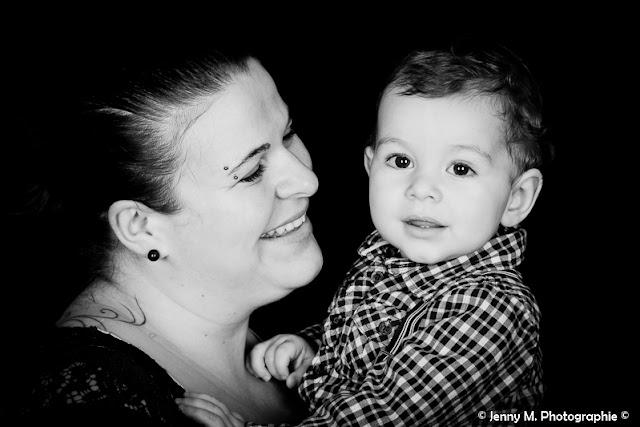 portrait mère fils en noir et blanc sur fond noir studio