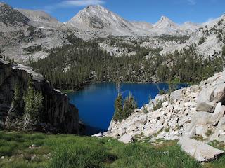 Marion Lake und dahinter Lake Basin; rechts neben dem pyramidenförmigen Gipfel auf der rechten Seite liegt Frozen Lake Pass, die wichtigste Hürde des folgenden Tages